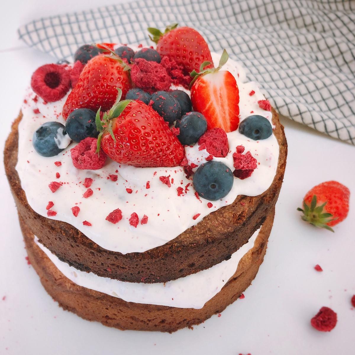 Easy naked cake met rode vruchten